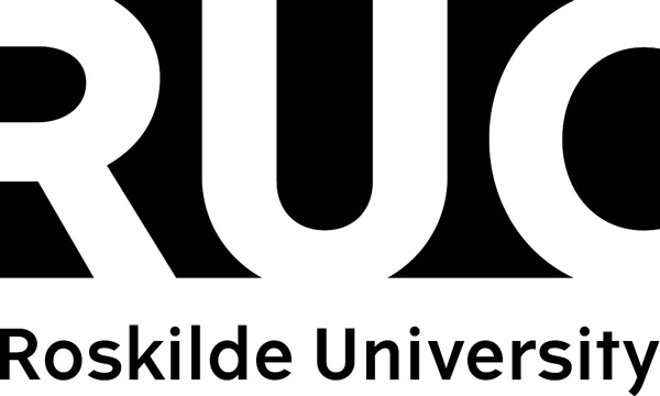 RUC ROSKILDE UNIVERSITY BLACK TEKST UNDER LOGO CMYK